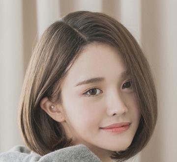 短发波波头发型,浅亚麻色染发很衬肤色,将mm的肌肤更加白皙透亮.